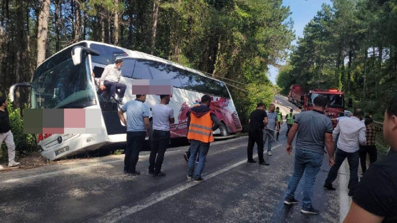 35 yolcusu bulunan otobüs, uçurumun kenarında asılı kaldı