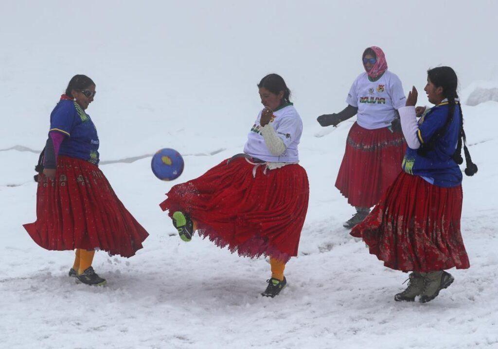 Dağcı kadınlardan 5 bin 890 metre yükseklikte futbol maçı - Sayfa 3