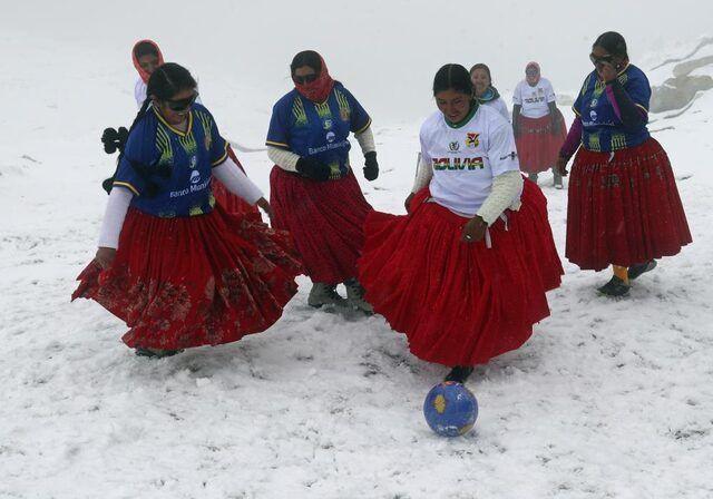 Dağcı kadınlardan 5 bin 890 metre yükseklikte futbol maçı - Sayfa 1