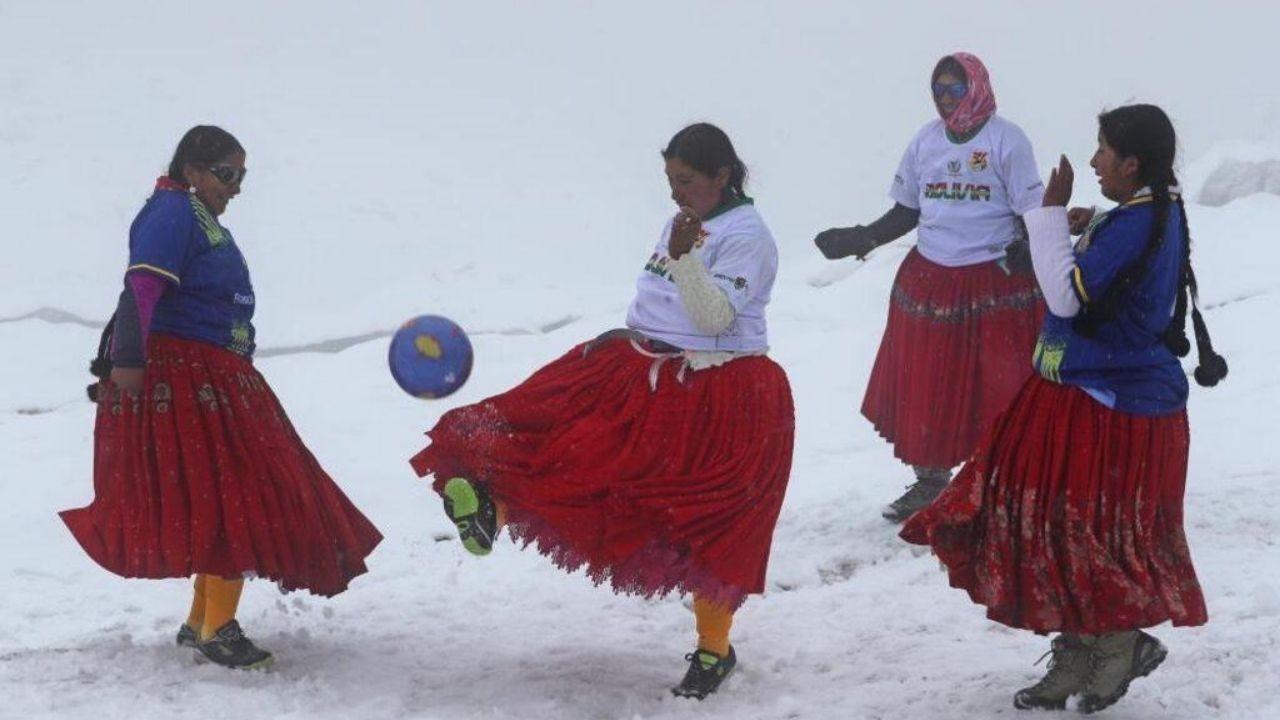 Dağcı kadınlardan 5 bin 890 metre yükseklikte futbol maçı