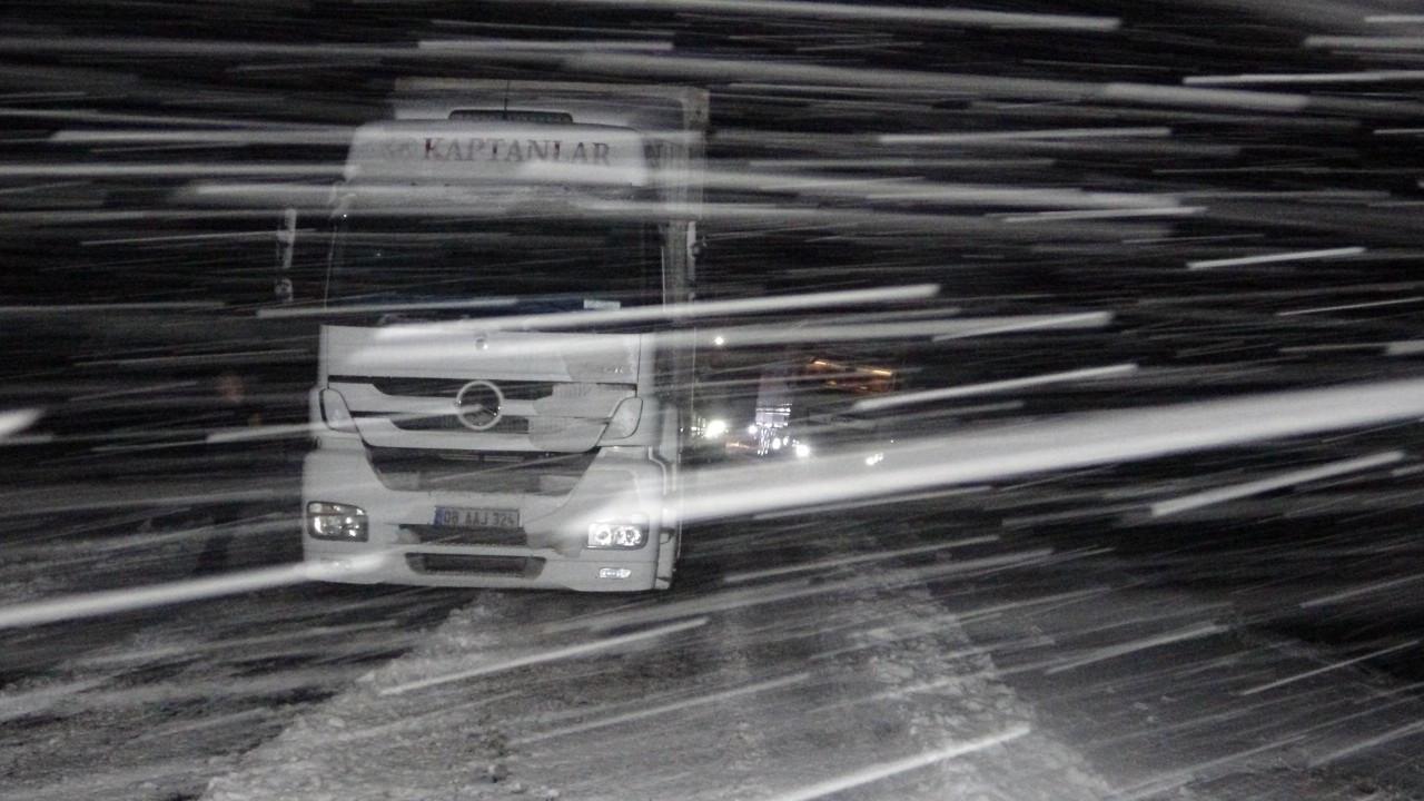 Kar ve tipi nedeniyle yol kapandı, sürücüler yolda mahsur kaldı