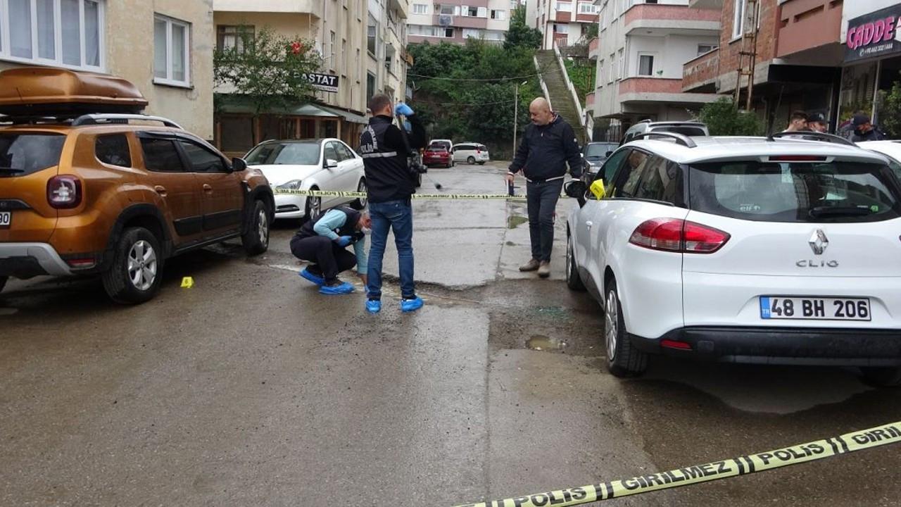 Trabzon'da kavgayı ayırmaya çalışan kişi, kurşunun hedefi oldu