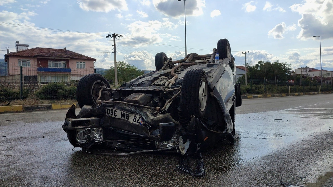 Otomobil ters döndü, cip refüje çıktı: 4 yaralı