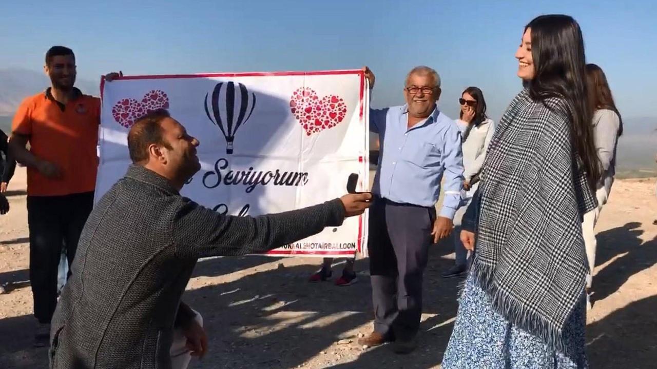 Balon turu sonrası turistlerin önünde sürpriz evlilik teklifi