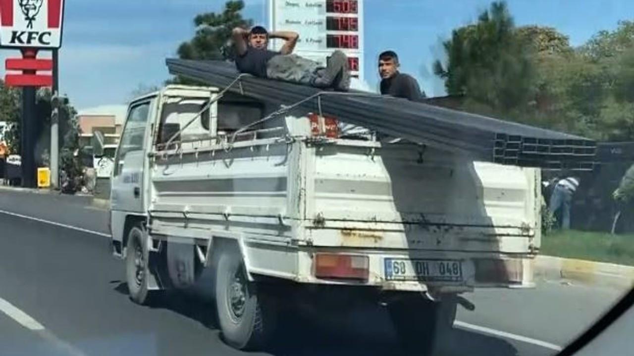 Kamyonet kasasındaki tehlikeli yolculuk kamerada