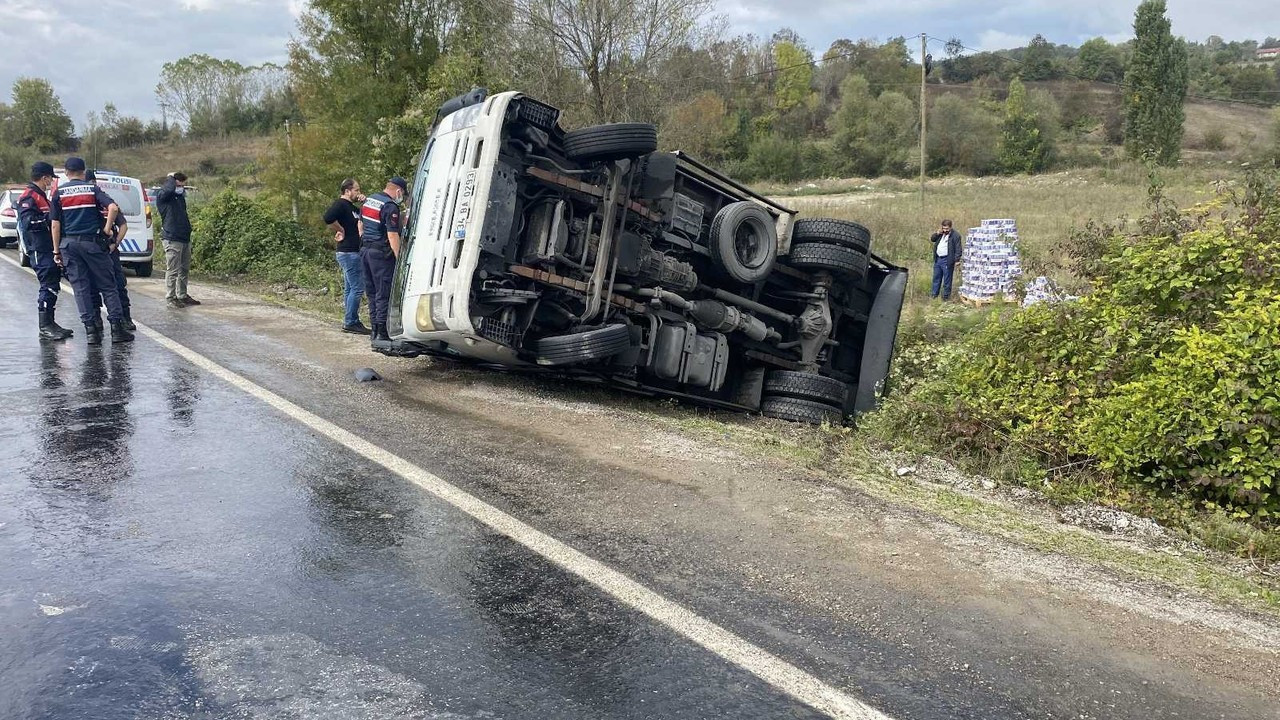 MHP'li kafileyi taşıyan midibüsün devrildiği yolda bu kez kamyon devrildi