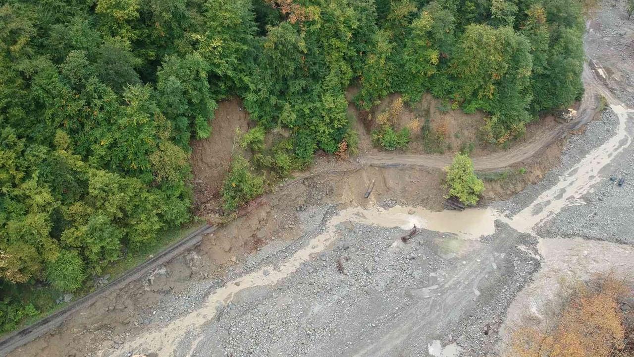 Ayancık'ta yağışlar korkuttu: Köy yolları çöktü, elektrik direkleri yan yattı