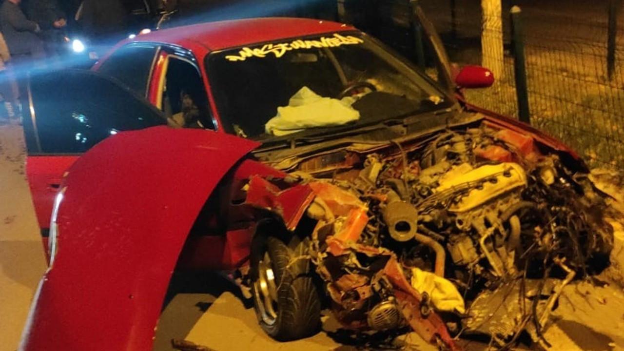 Kontrolden çıkan otomobil refüje çarptı: 2 yaralı