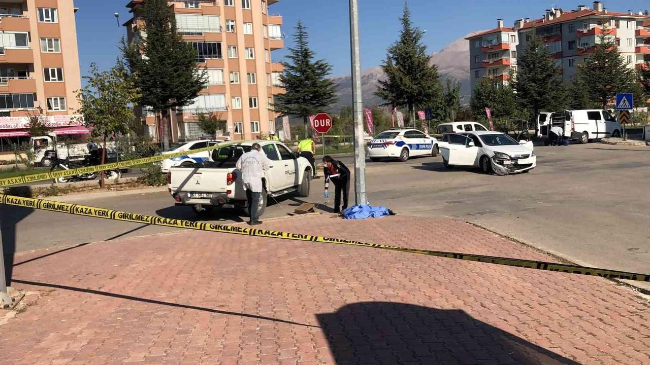 Kazaya karışıp savrulan otomobilin çaptığı kadın öldü