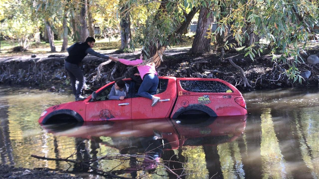 Nehri geçerken yan yatan off-road aracındaki 4 kişiyi çevredekiler kurtardı