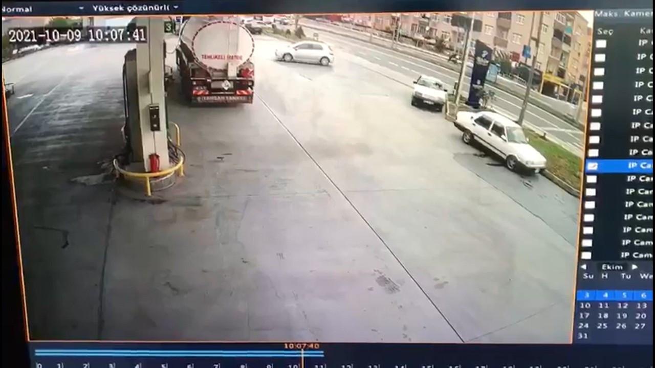 El freni çekilmeyen otomobil, hareketlenip seyir halindeki araca çarptı