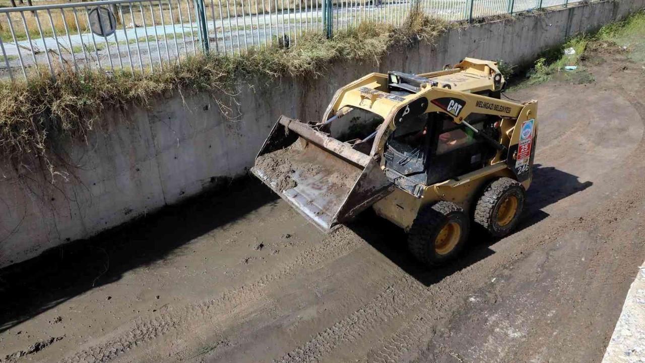 Melikgazi'de taşkın suyu kanalları temizleniyor