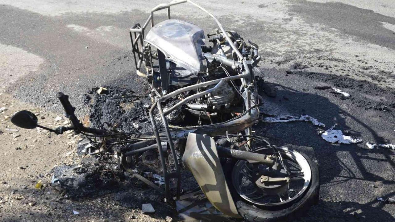 Seyir halindeki motosiklet yanarak küle döndü