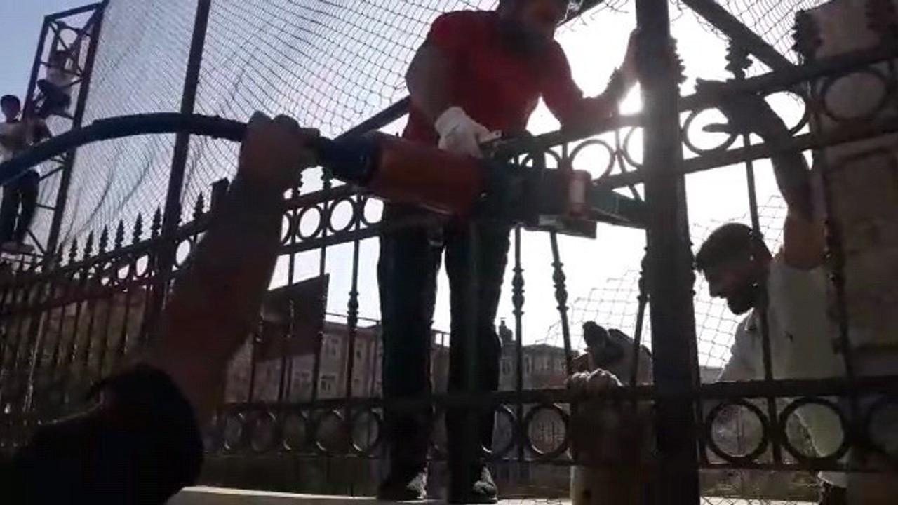 Okulun demir korkuluklarına sıkışan köpek kurtarıldı