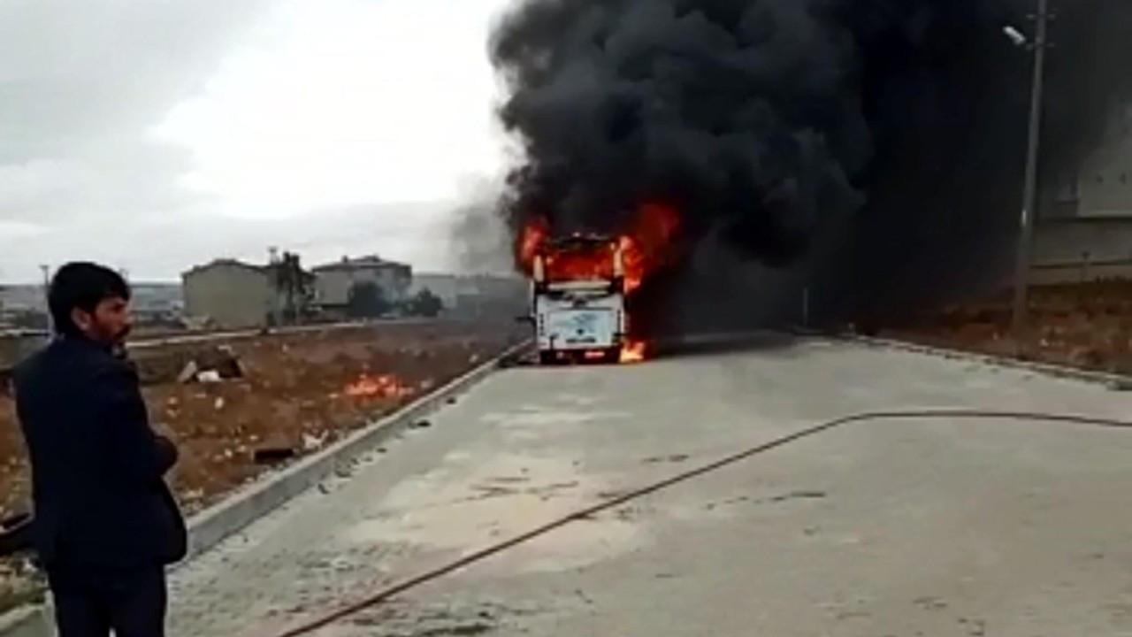 Park halindeki midibüs alev alev yandı