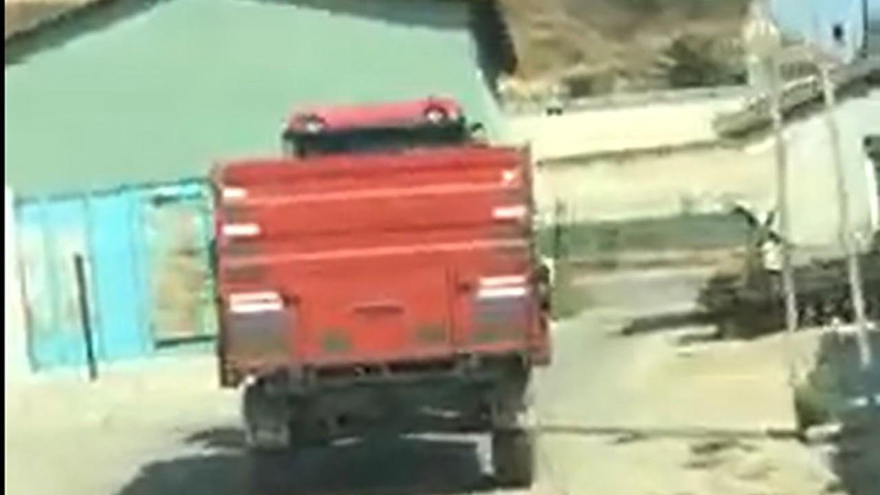Traktör ardında sürüklenen köpeği sahibi bağlamış; sürücü serbest
