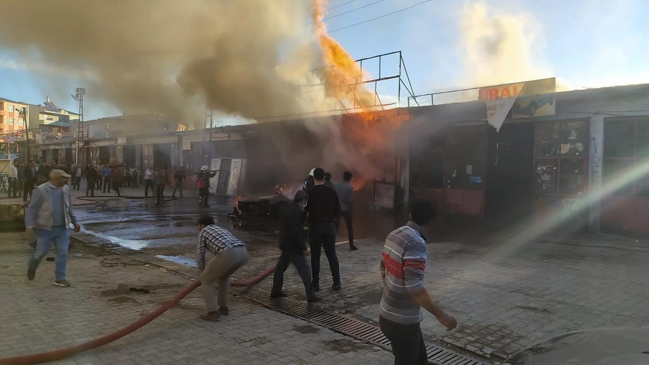 Araçta çıkan yangında 3 iş yeri de hasar gördü