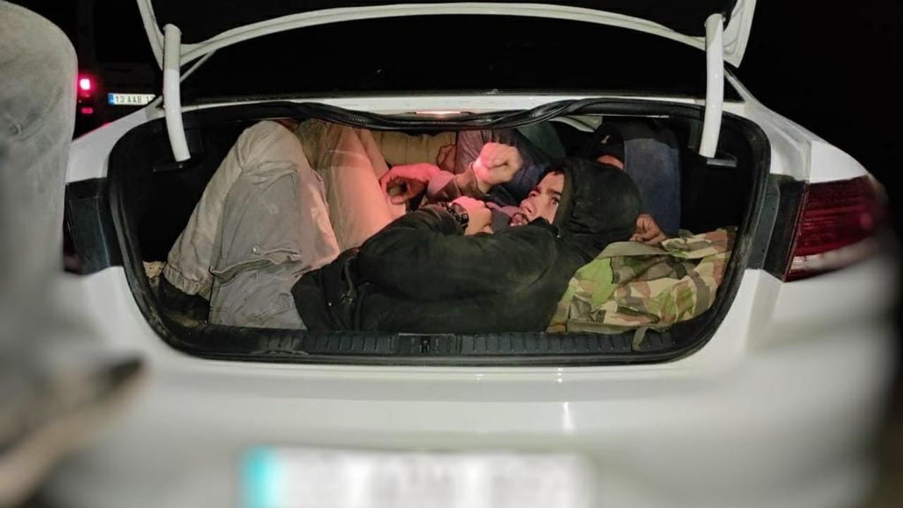 İki otomobile balık istifi doldurulan 29 kaçak göçmen yakalandı