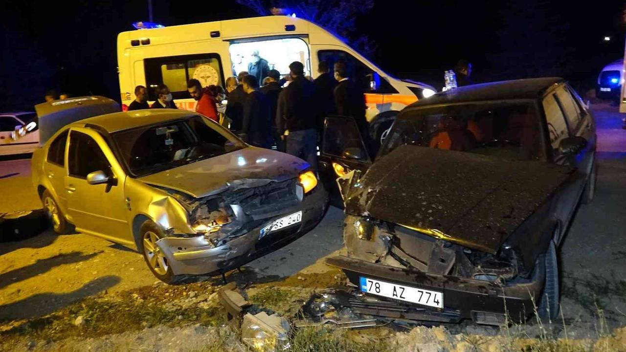 İki otomobilin kafa kafaya çarpıştığı kazada muhtar ve eşi yaralandı