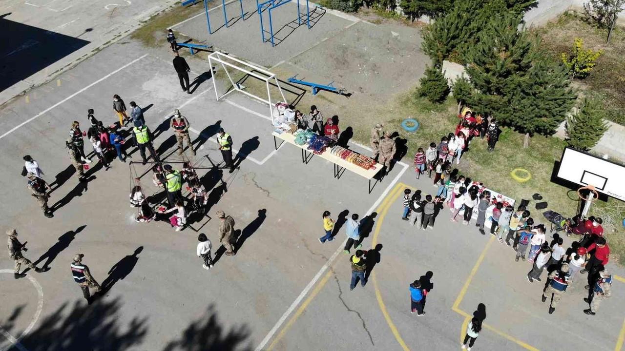 Jandarmadan köy okulundaki çocuklara salıncak sürprizi