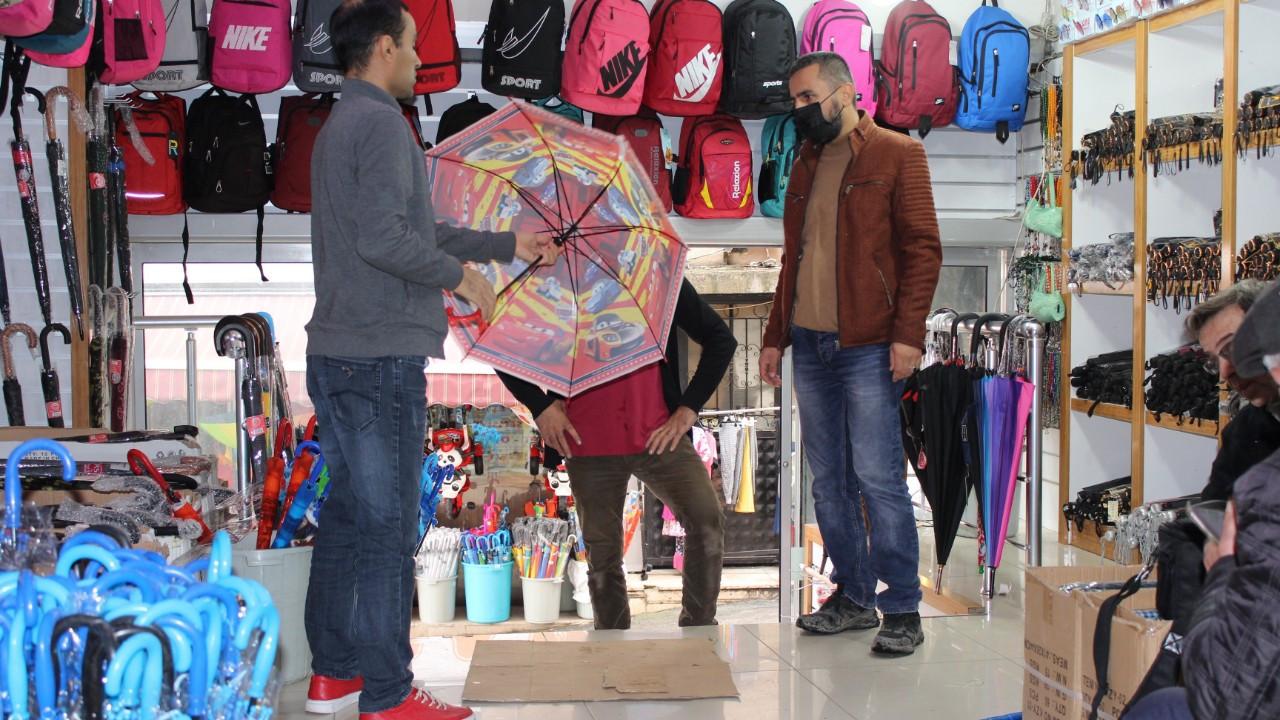 Yağmur yağdı, şemsiye satışları patladı
