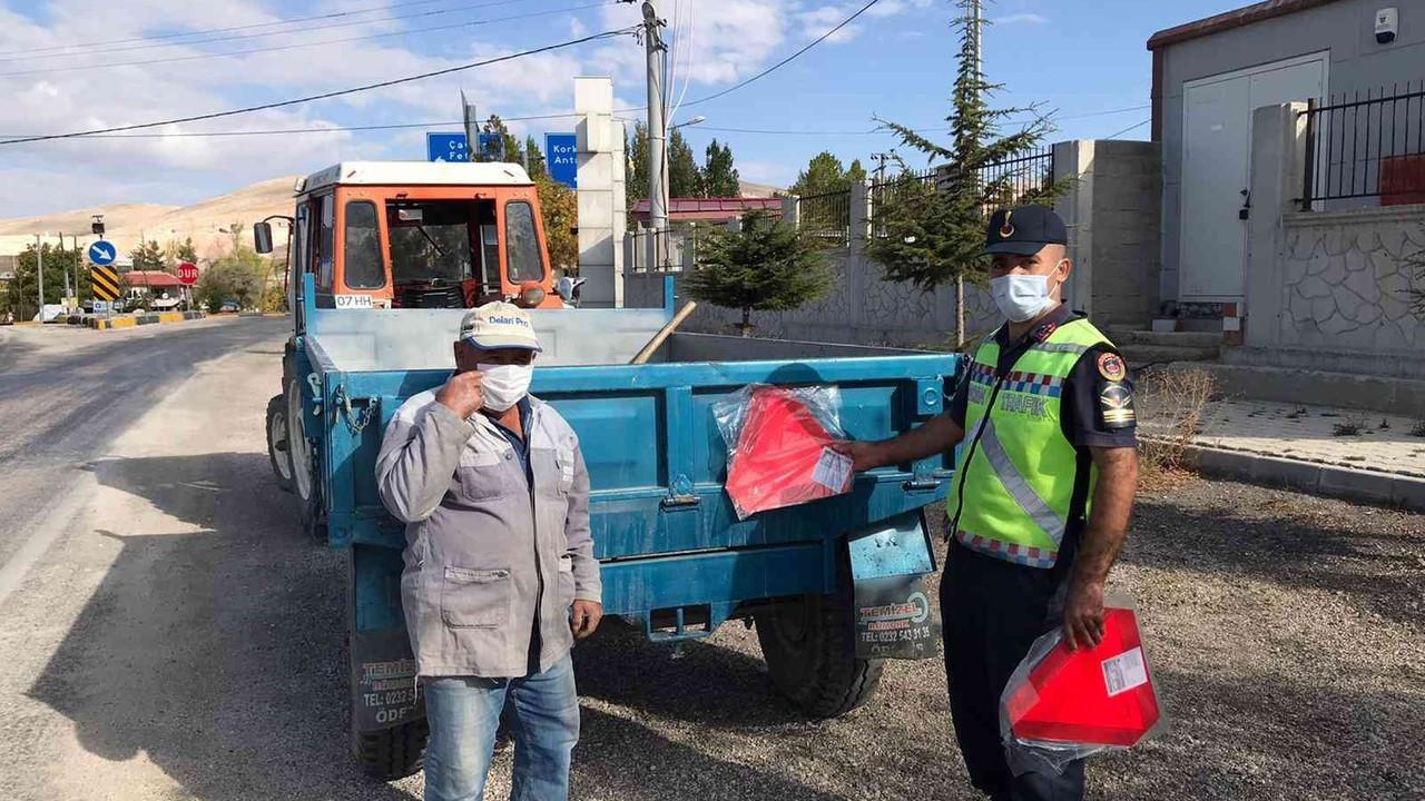 Korkuteli'de jandarma, traktör sürücülerine reflektör dağıttı