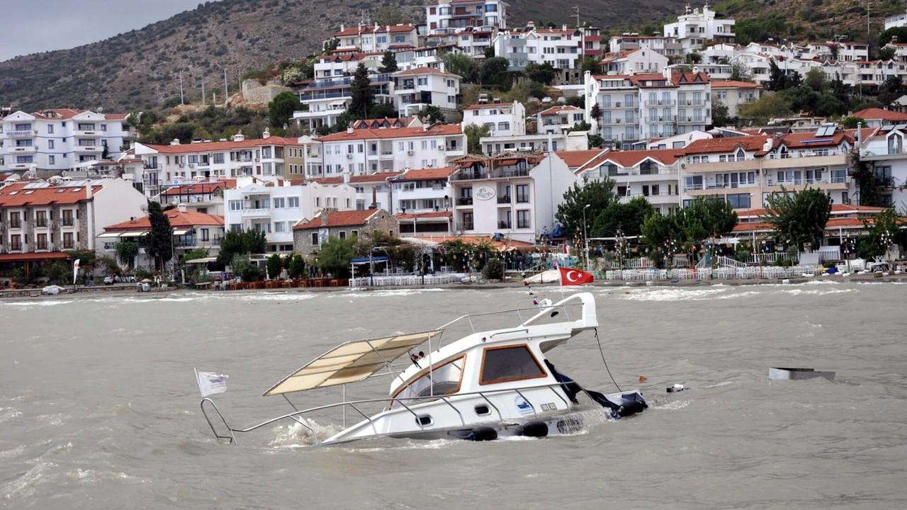 Datça'da fırtına; 1 tekne battı