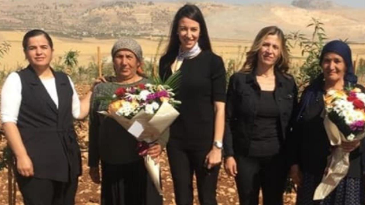Kadın mühendisler kadın çiftçilere tarlada çiçek takdim etti
