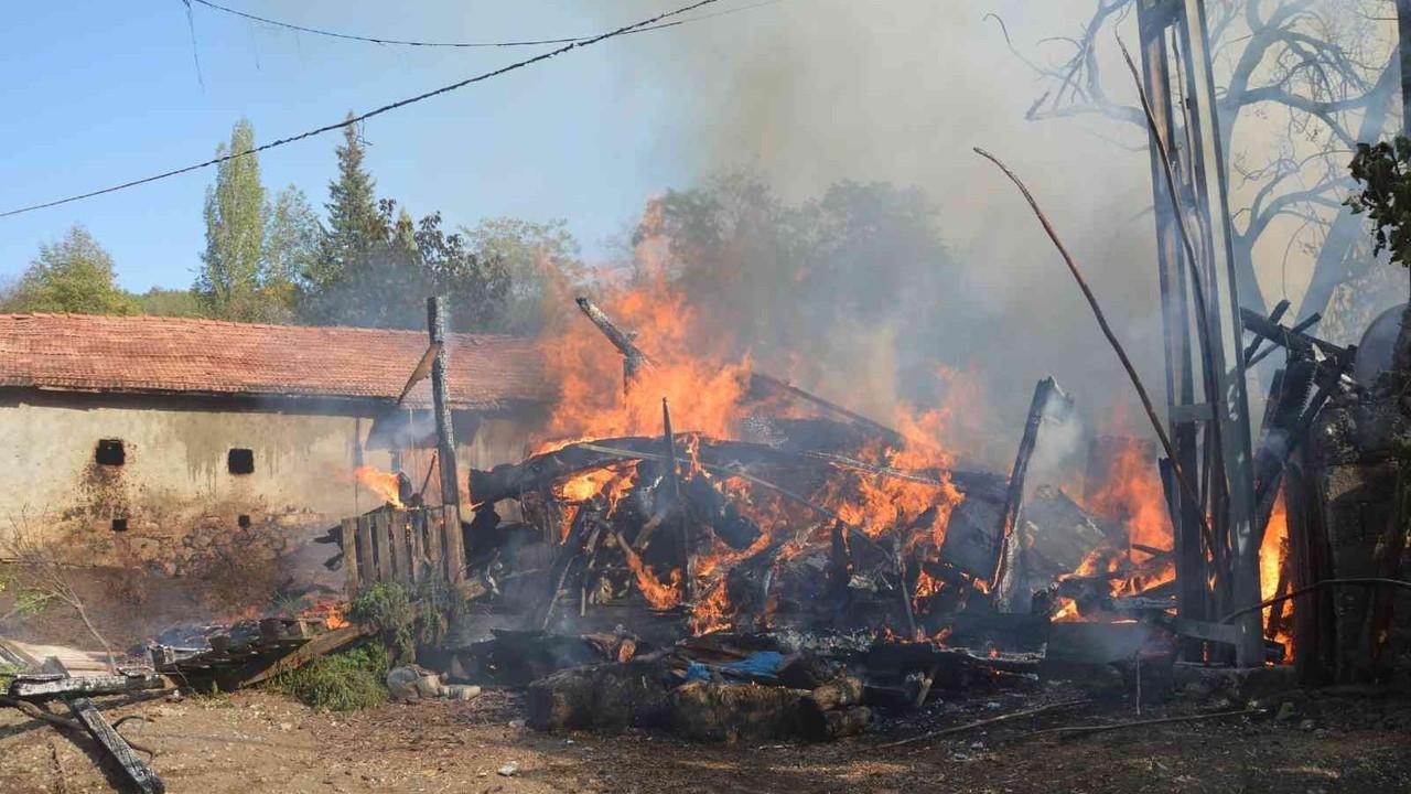 Barakada çıkan yangın iki katlı ahşap eve sıçradı