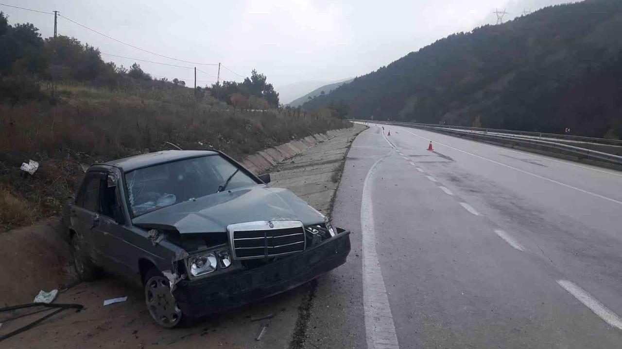 Lastiği patlayan otomobil su tahliye kanalına çarptı: 4 yaralı