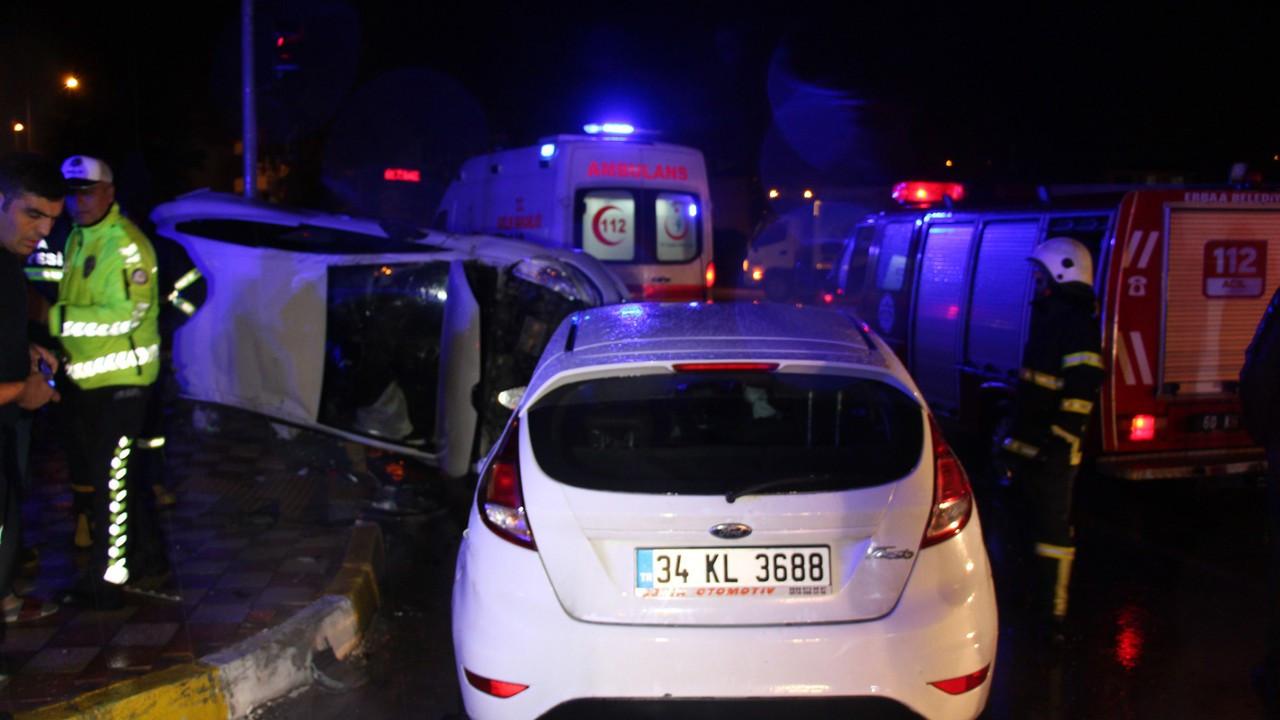 Tokat'ta iki otomobil kavşakta çarpıştı: 5 yaralı