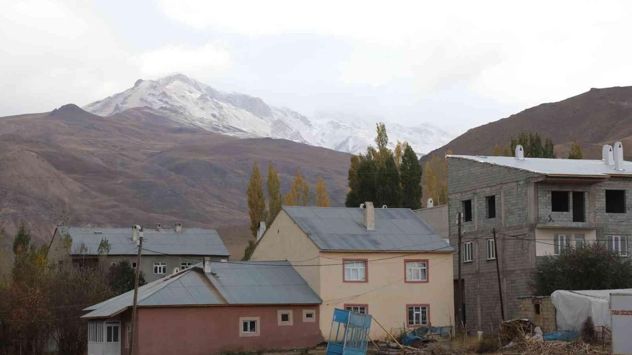 Başkale'deki İspiriz Dağı beyaza büründü