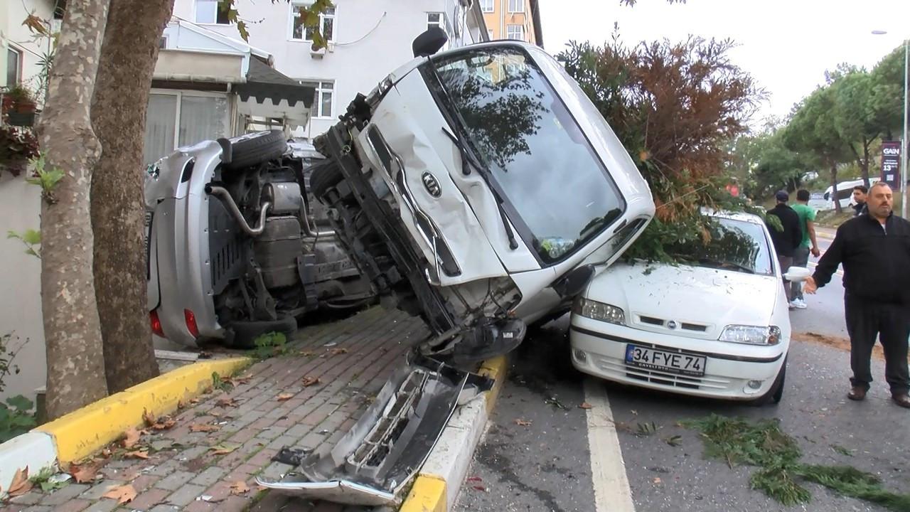 Sarıyer'de freni boşalan kamyonet 4 araca çarpıp durdu