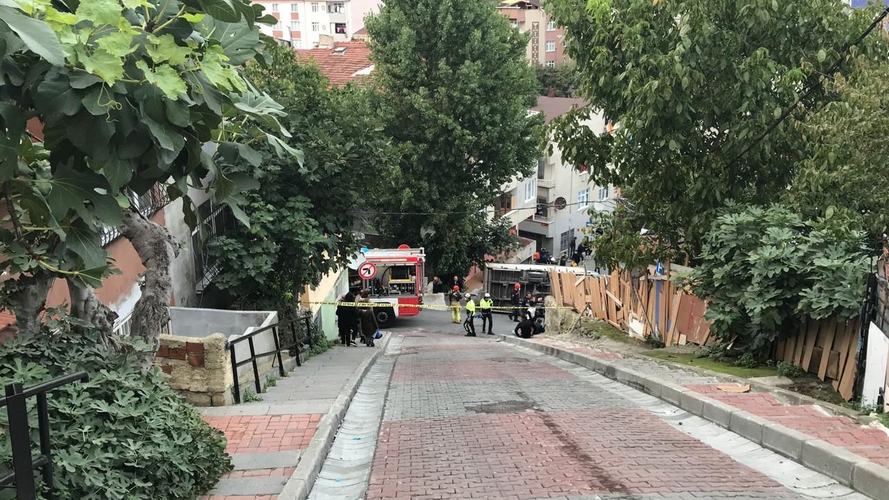 Şişli'de kamyonet yokuştan aşağı inerken devrildi; sürücü yaralandı