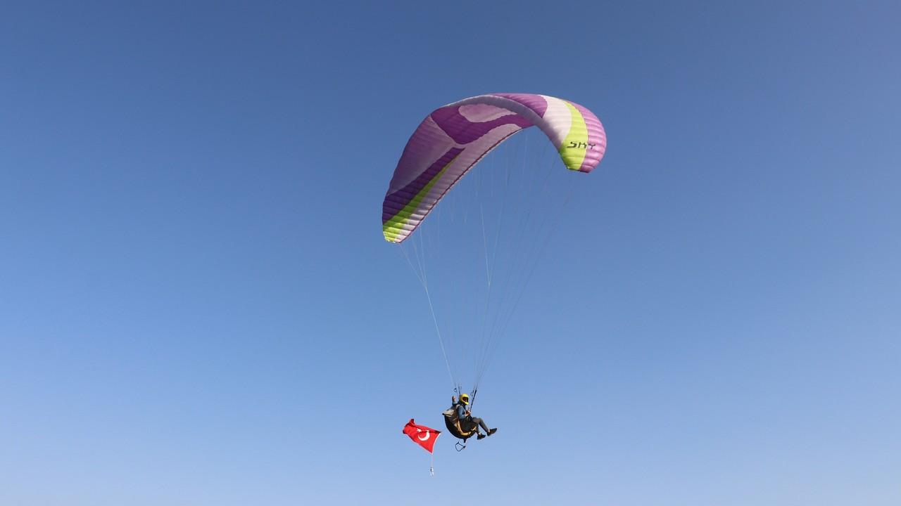 Yamaç paraşütü ile havalanıp, gökyüzünde nikah kıydılar