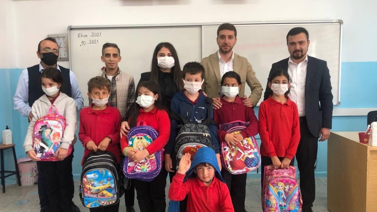 AK Parti Gençlik Kolları'ndan ortaokul öğrencilerine kırtasiye yardımı