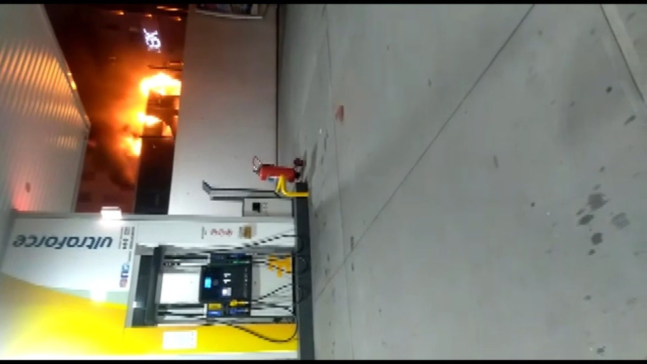 Bahçelievler'de benzinliğin yanında park halinde olan İETT otobüsü alev alev yandı