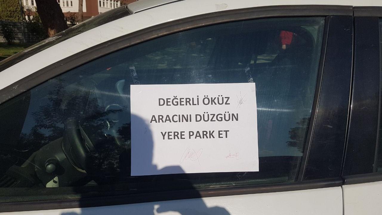 Otomobilini kaldırıma park eden sürücüye not yazıp tepki gösterdi